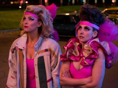 Betty Gilpin y Alison Brie protagonizan 'Glow'.