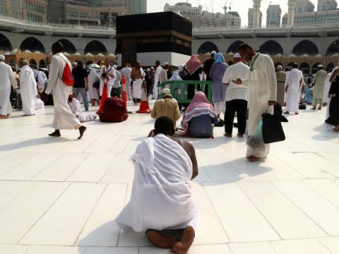 Un peregrino musulmán reza sobre el mármol blanco de Thassos, cerca de la Kaaba en la Gran Mezquita de La Meca.