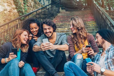 Grupo de gente usando el teléfono