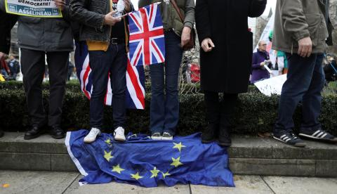 Un grupo de manifestantes a favor del Brexit pisa una bandera europea en Londres