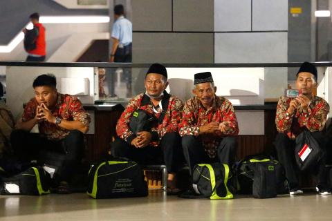 Un grupo de peregrinos esperan en el aeropuerto de Jakarta tras la cancelación de visados para viajar a La Meca