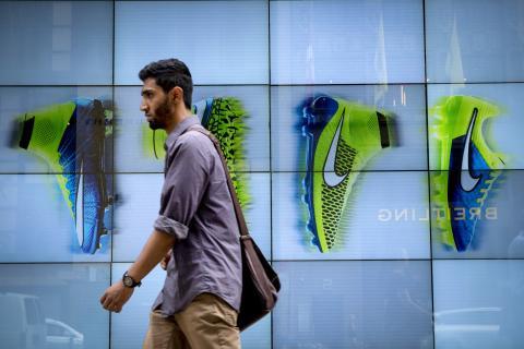 Un hombre pasa por delante de un espacio publicitario de Nike