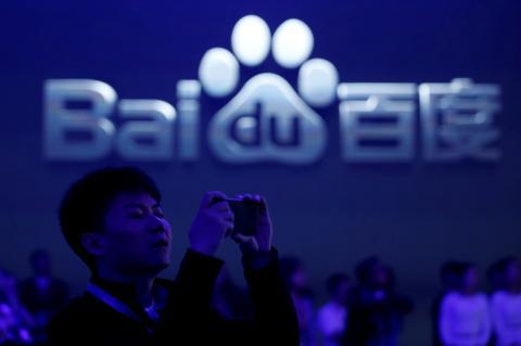 Un hombre toma una fotografía durante una conferencia de Baidu en Pekín
