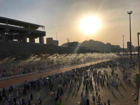 Un sistema de enfriamiento rociando agua ayuda a combatir el calor en La Meca.