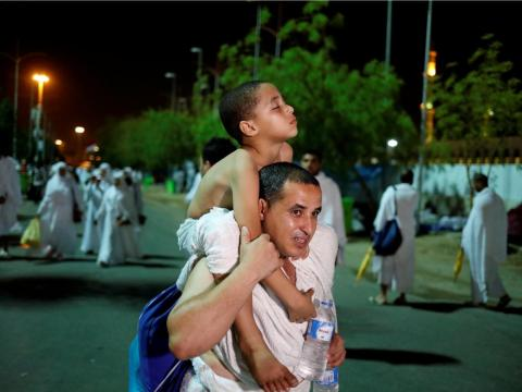 Peregrinos musulmanes llegan a las llanuras de Arafat.