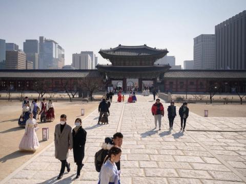 Turistas con mascarilla en el Palacio Gyeongbokgung en Seúl el 10 de febrero.