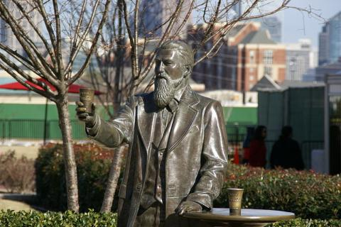 Estatua de John Pemberton en el Museo World of Coca Cola en Atlanta, Georgia, EE. UU.