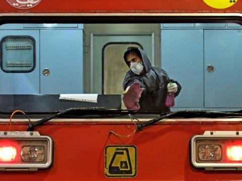 Trabajador desinfectando el metro.