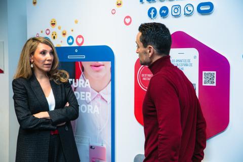 Irene Cano, directora general de Facebook para España y Portugal (izq) y Manuel del Campo, CEO de Axel Springer España (dcha).