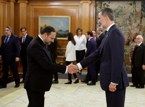 José Luis Ábalos saluda al rey Felipe en su toma de posesión como ministro.