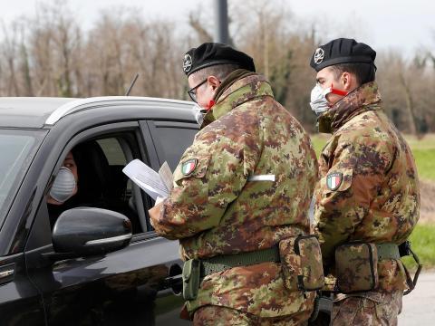 Soldados del ejército italiano controlan el tránsito.