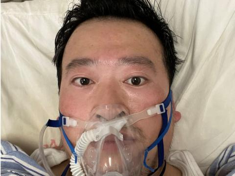 Li Wenliang con una máscara para respirar, tras enfermar por el brote de coronavirus, en Wuhan, China, el 3 de febrero de 2020.
