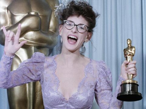 Marlee Matlin se convirtió en la primera persona sorda en ganar un Oscar con 'Hijos de un Dios Menor' en 1986.