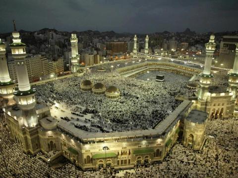 Gente rezando en la Gran Mezquita.