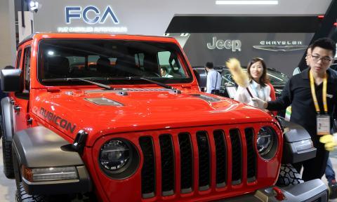 Un modelo de Jeep en el stand de FCA en la Feria del Automóvil de Shanghai