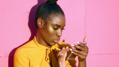 Mujer buscando en el móvil.