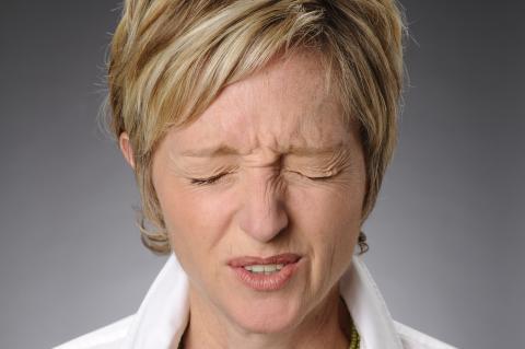 Mujer parpadeando