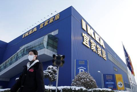 Una mujer pasa por delante de un establecimiento de Ikea cerrado por el coronavirus.