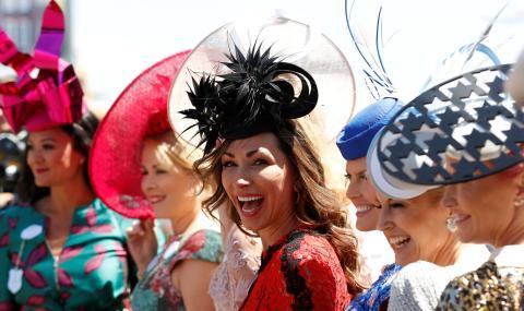 Una mujer rica en las carreras de caballos de Ascot..