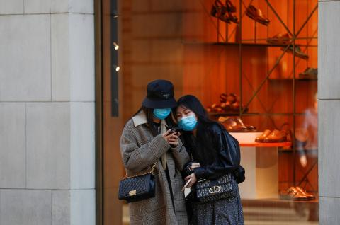 Mujeres con mascarillas se protegen del contagio del coronavirus.