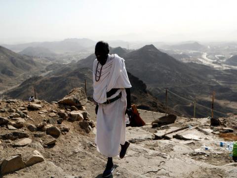 Un peregrino musulmán sube al monte Al-Noor.