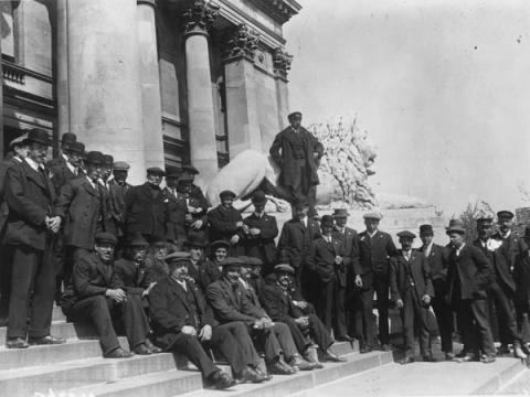 La tripulación del Titanic esperando en el Ayuntamiento de Portsmouth.