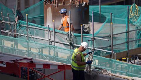 Unos obreros de la construcción en una obra.
