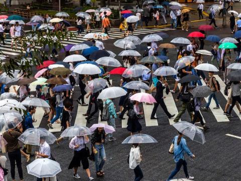 Gente andando por el famoso cruce en el área de Shibuya de Tokio.