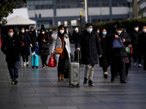 Pasajeros con máscaras en una estación de ferrocarril de Shanghai el domingo.
