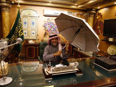 El ingeniero saudí Kamel Badawi muestra su invento, el paraguas inteligente.