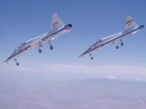 Un par de T-38 vuelan hacia la Base Edwards de la Fuerza Aérea de California.