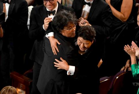 El director Bong Joon Ho, abraza a Song Kang-ho después de que 'Parásitos' ganase el premio a Mejor película.