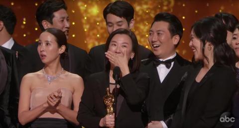 La productora de 'Parásitos', Kwak Sin-Ae, aceptando el premio a Mejor película.