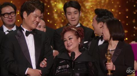 La productora de 'Parásitos', Miky Lee, también aceptó el premio a Mejor película.