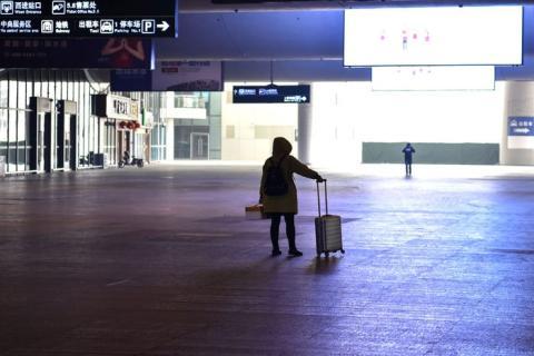 Una pasajera en una estación de tren casi desierta en Wuhan, China, el 23 de enero.