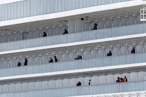 Los pasajeros del crucero Diamond Princess en cuarentena por el coronavirus, momentos antes de desembarcar en Tokio.
