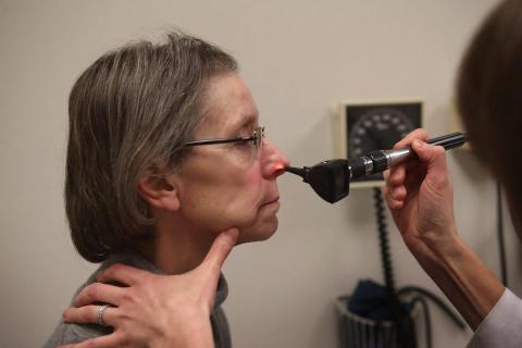 Un paciente con síntomas similares a la gripe es examinado en el Northwestern Memorial Hospital en Chicago, Illinois (EE UU).