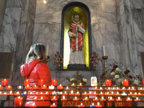 La gente visita la capilla con la estatua del santo patrón del amor, San Valentín, dentro de la iglesia de la calle Whitefriar en Dublín.