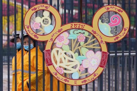 El personal vigila la entrada del parque Disney de Shanghái, cerrado por el brote del coronavirus.