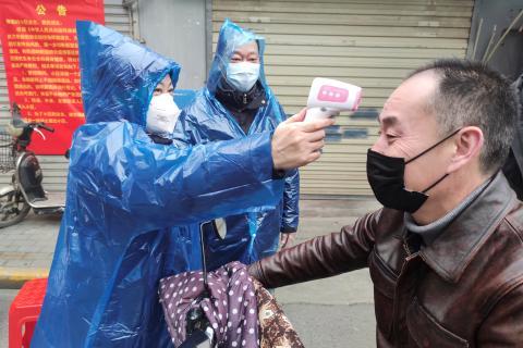 Personas chinas con mascarillas para protegerse del coronavirus