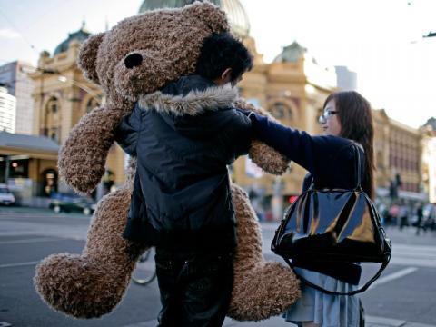 Los osos de peluche son una opción de regalo popular en todo el mundo, incluida esta pareja en Melbourne, Australia.