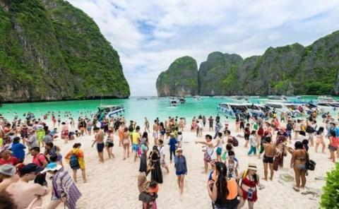 La alta presión turística llevó al gobierno de Tailandia a prohibir las visitas a la playa de Maya Bay.