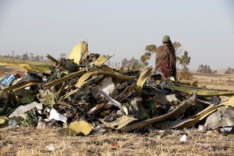 Un policía etíope camina al lado de los escombros del avión ET 302 de Ethiopian Airlines que se estrelló en marzo de 2019.