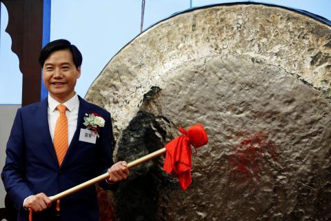 El presidente de Xiaomi Lei Jun golpea un gong en la bolsa de Hong Kong.