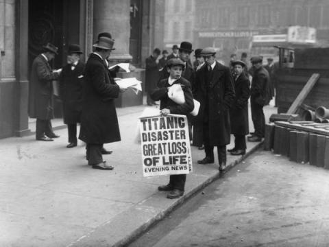 El repartidor de periódicos Ned Parfett vende ejemplares del Evening News que relata el desastre marítimo del Titanic, en las afueras de las oficinas de White Star Line en Oceanic House en Londres.