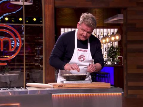 Ramsay enseña cómo hacer la Tarta Tatin en un reciente episodio de 'MasterChef'.