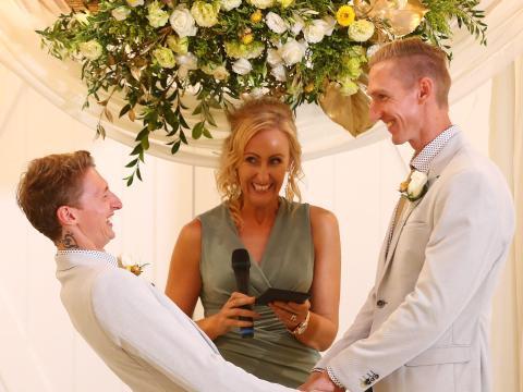 El telón de fondo de una ceremonia se puede reutilizar como pieza central.