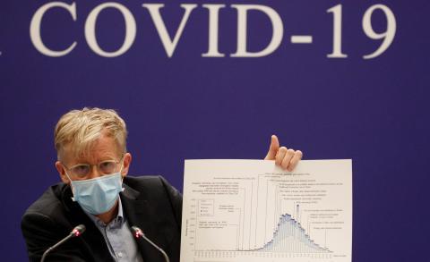 Un responsable de la OMS presenta un gráfico sobre la expansión del coronavirus