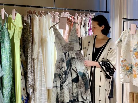 Mujer con ropa sostenible de H&M
