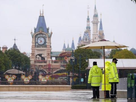 Miembros del personal fuera del Shanghai Disneyland cerrado el 25 de enero.